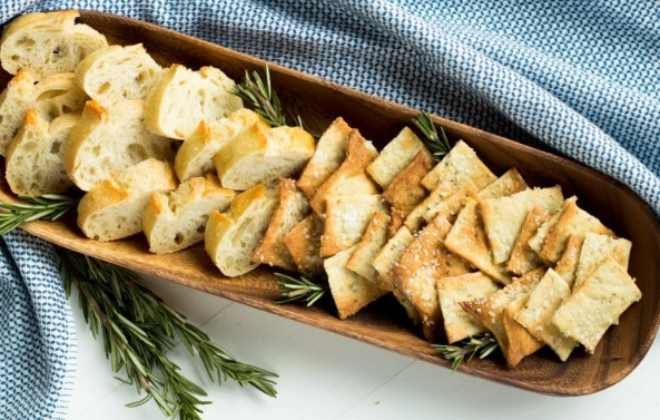 ROSEMARY SEA SALT CRACKERS AND A CHEESE PLATE #vegetarian #easy #pepper #cauliflower #cheese