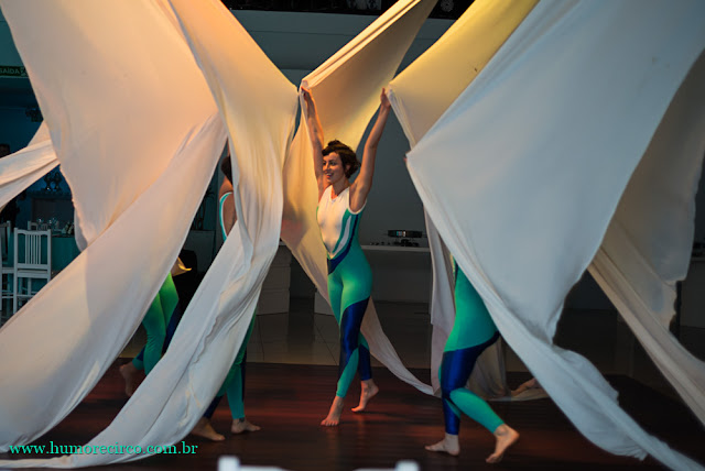 Espetáculo de lançamento de produto da marca Servier do Brasil com acrobatas aereas no tecido realizado no Costa Brava Clube RJ.