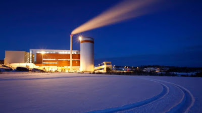Kraftvärmeverket på Lillesjö, exteriörbild nattetid