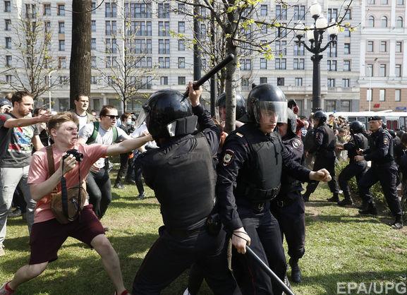 Журналіста затримали в прямому ефірі на мітингу в Москві - відео