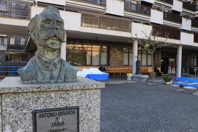 Busto de Antonio Miranda ante la residencia de ancianos