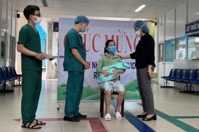 Sản phụ và 15 bệnh nhân mắc Covid-19 được xuất viện