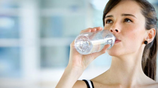 فوائد شرب الماء على معدة خاوية في الصباح فى علاج حصوات الكلى وتقوية الجهاز المناعى