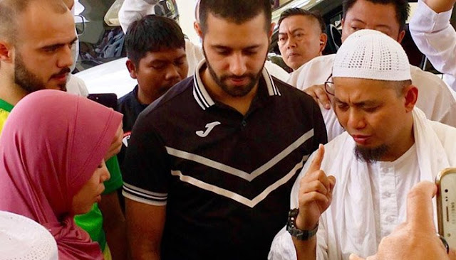 Saat Wanita Ini Ucapkan Syahadat, Gemuruh Takbir Pun Menyeruak Di Seluruh Sudut Masjid