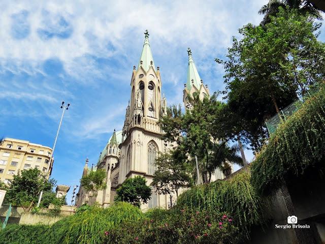 Vista ampla da Catedral da Sé vista desde do vão aberto do Metrô Sé - São Paulo