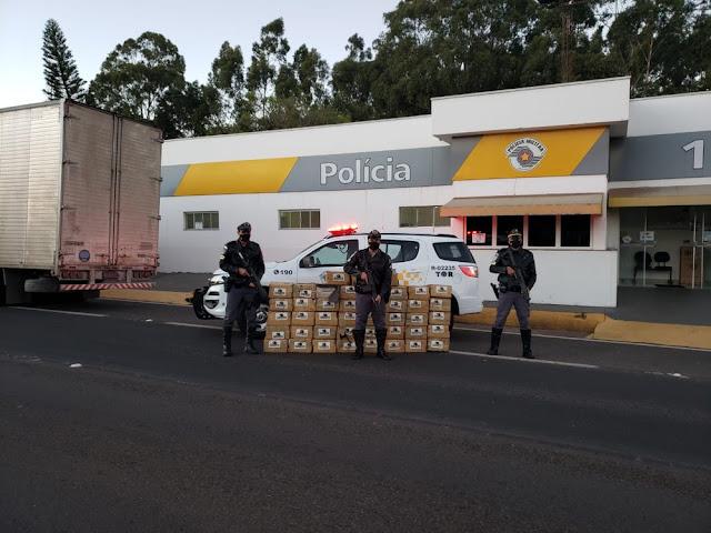 Polícia Rodoviária localiza maconha escondida sob carga de canos de PVC e prende homem em flagrante