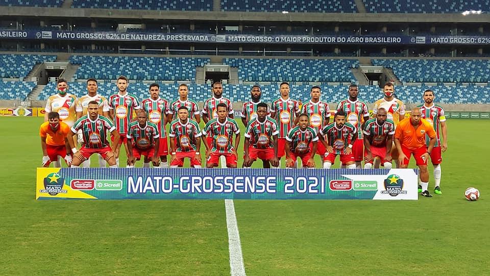 Atletas do Operário de Várzea Grande posam para foto oficial na Arena Pantanal