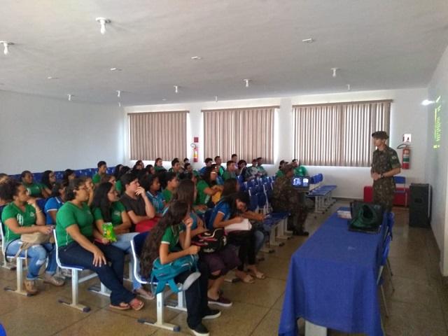 Alunos da rede pública de Guajará-Mirim participam de palestras sobre o Exército e ingresso na instituição