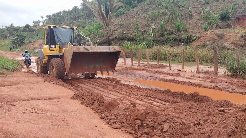 Melhoria em estrada vicinal leva benefícios para moradores da zona rural de Pedreiras.