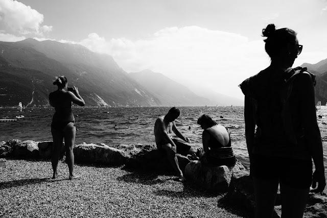 Jezioro Garda, Riva del Garda, Włochy. Czarno-biała fotografia. fot. Łukasz Cyrus