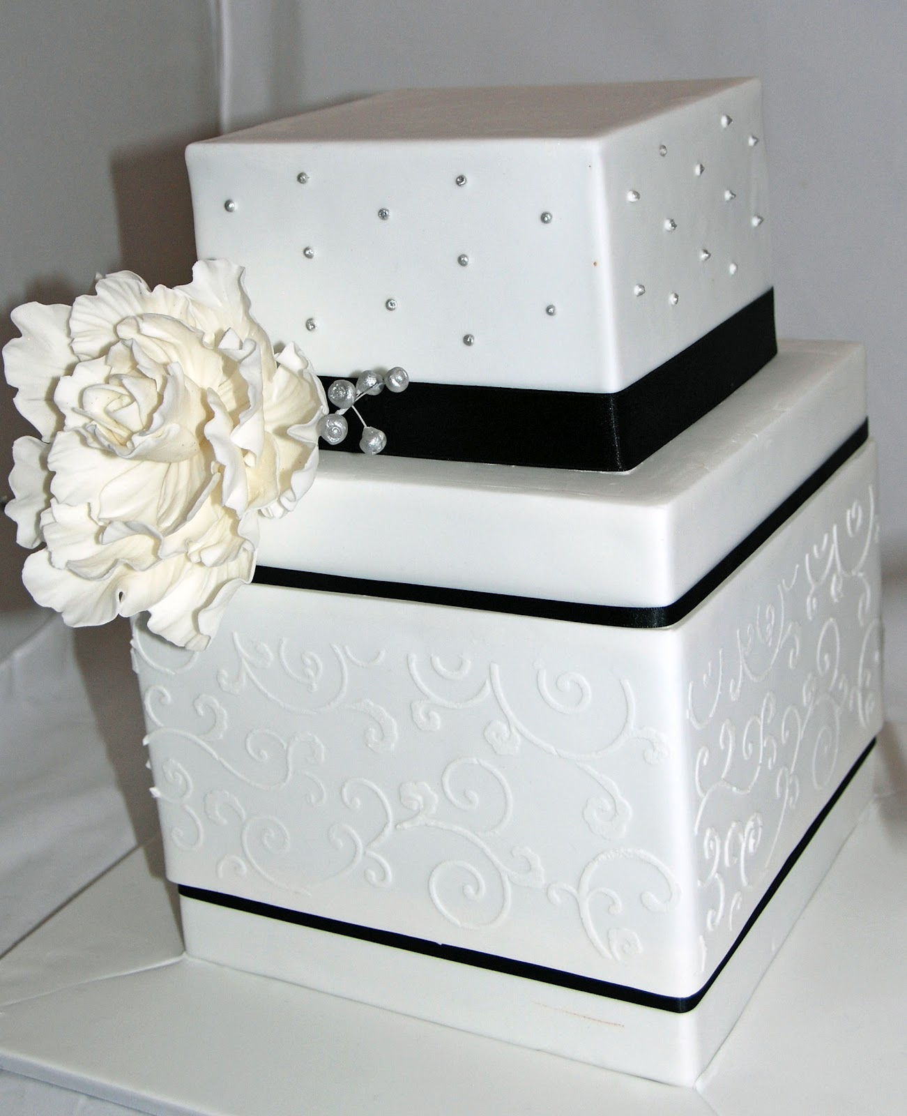 black and white square wedding cake with red roses robin black and white square barrel cake 11841