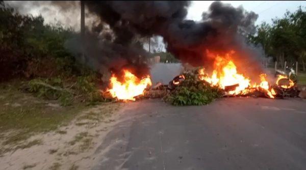 E agora Zequinha? Servidores afastados de Apicum-Açu, interditam a principal rodovia de acesso ao município