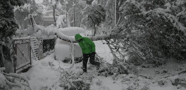 Το επιτελικό κράτος κόλλησε στο χιόνι – Τρεις νεκροί και 250.000 νοικοκυριά χωρίς ρεύμα