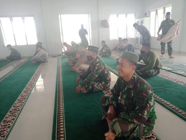 Personel Jajaran Kodim 0207/Simalungun Melalui Anggota Koramil 05/Serbelawan Laksanakan Sholat Berjemaah