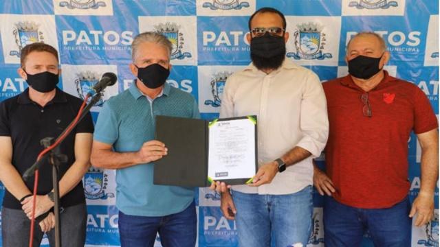 Prefeito de Patos assina ordem de serviço para pavimentação de ruas do bairro Geraldo Carvalho