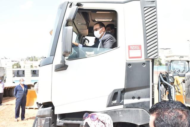 محافظ الشرقيه يقود إحدى السيارات الجديده للتأكد من جاهزيتها للعمل