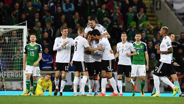 La selección de Alemania festeja a Sebastien Rudy tras marcar el primero de los goles de su equipo