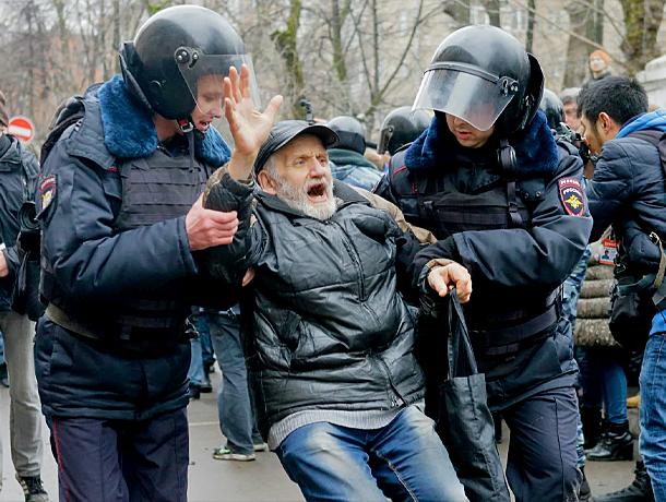 Полиция оберегает и защищает граждан, и мне показалось довольно странным, что многие люди ее не любят.