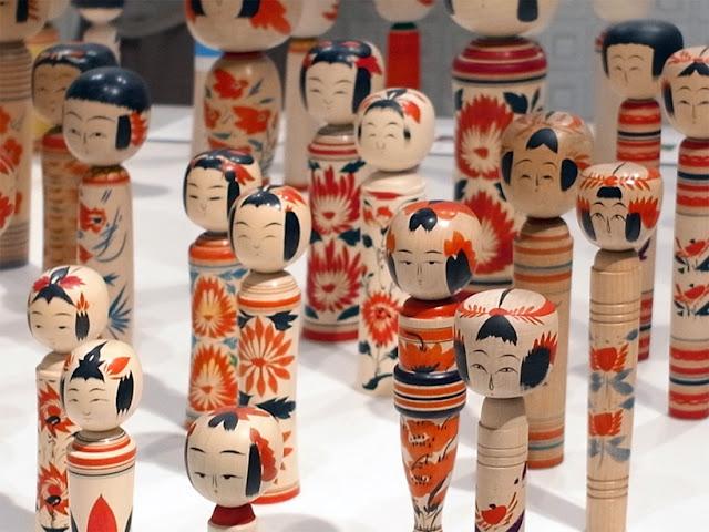 Không ai biết nguồn gốc chính xác của búp bê Kokeshi, nhưng món đồ thủ công truyền thống này là quà lưu niệm rất phổ biến. Vẻ mặt hiền lành của chúng được vẽ bằng tay với những nét đơn giản, sống động. Phần thân búp bê được tạc từ gỗ màu kem mài nhẵn.     Các búp bê gỗ này được cho là xuất hiện từ thời Edo (1603-1868) ở khu suối nước nóng thuộc quận Miyagi, vùng Tohoku. Búp bê của các vùng khác nhau sẽ có sự khác biệt về nét mặt, vóc dáng và loại gỗ. Ngày nay, phiên bản hiện đại có các kiểu tóc sáng tạo và mặc kimono, được bày bán khắp Nhật Bản.