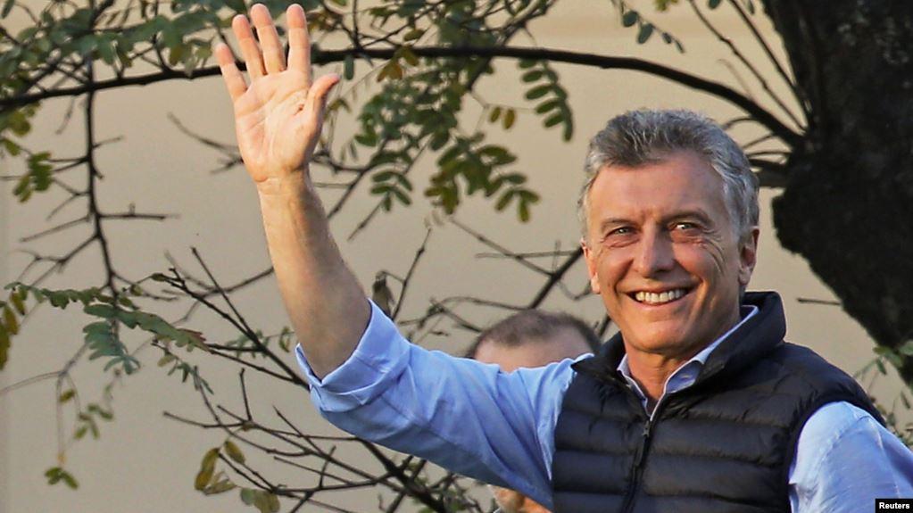 El presidente de Argentina, Mauricio Macri, saluda a seguidores durante un evento de campaña por su reelección. Buenos Aires, sábado 28 de septiembre de 2019 / REUTERS