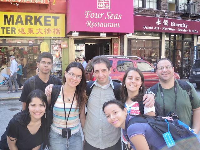 7 pessoas em uma rua em chinatown