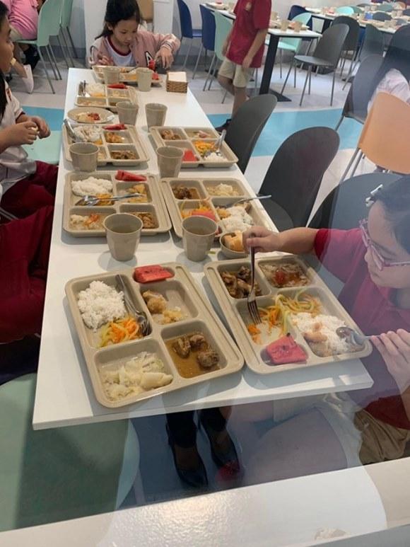 Phụ huynh tố trường Quốc tế Việt Úc bớt khẩu phần ăn học sinh