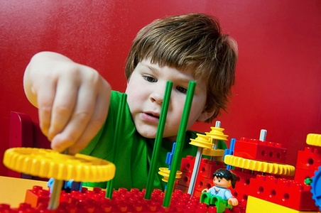 Anak Bermain Lego
