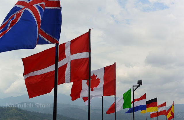 Bendera berbagai negara berkibar