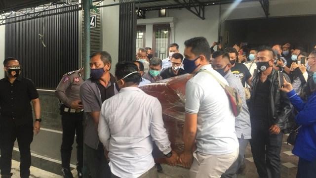 Jenazah Mantan Bupati Poso, Piet Inkiriwang Tiba di Bandara Palu