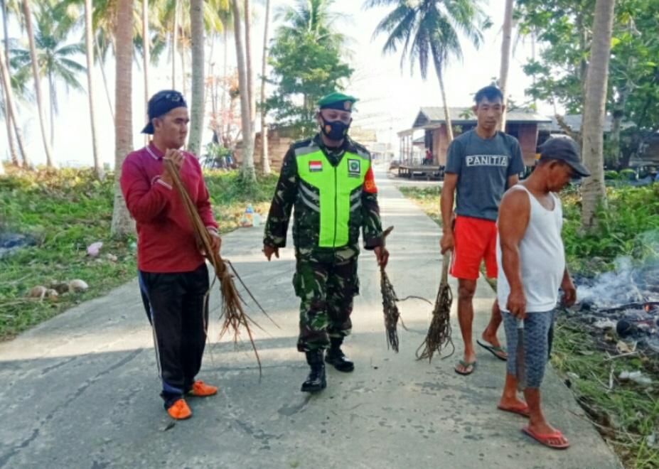 Babinsa Yudi Teguh Lakukan Komsos Dengan Warga Desa Tanjung Yang Sedang Gotong Royong Membersihkan Jalan