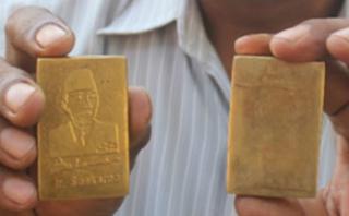 Geger Penemuan Emas Batangan Bergambar Soekarno di Makam Kuno