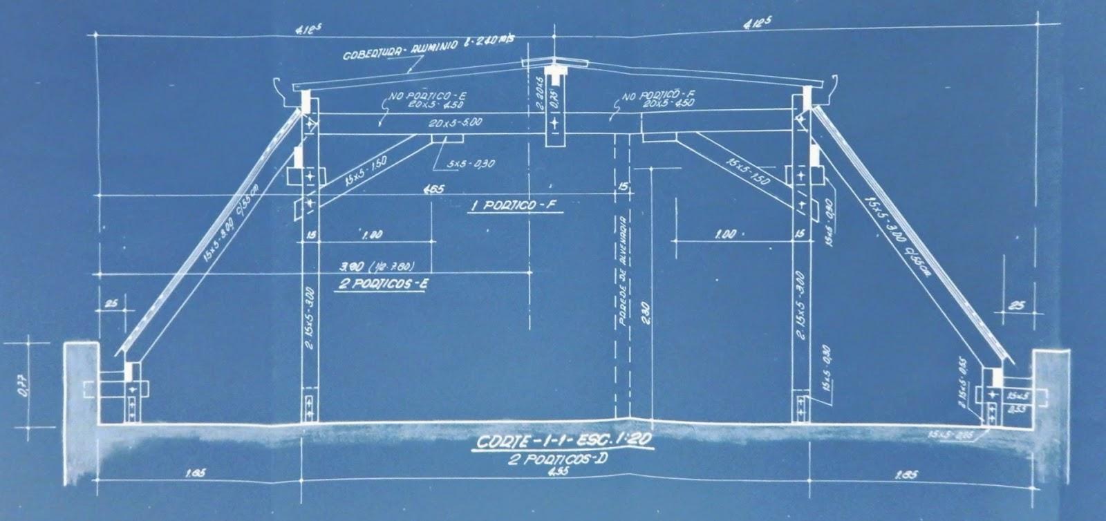 Detalhamento em corte de cobertura que usa telhas laterais de pedras piçarras importadas da Espanha.