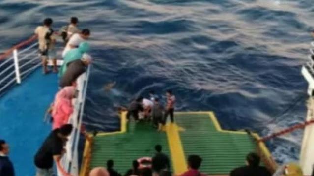Geger!Patah Hati Ditinggal Pacar Kawin, Penumpang Kapal Feri Nekat Loncat ke Laut
