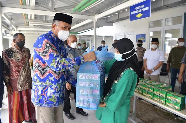 Hari Pertama Idul Adha,  Gubernur Bagi Bingkisan Hari Raya Untuk Nakes