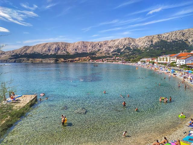 wyspa Krk, Baska, widok na plażę, Chorwacja w sierpniu