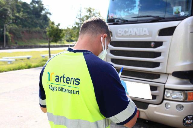 Campanha na Régis Bittencourt alerta caminhoneiros sobre riscos de dirigir com sono