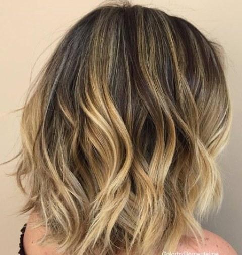 Gaya Rambut Gelombang Setengah Pirang Tipis