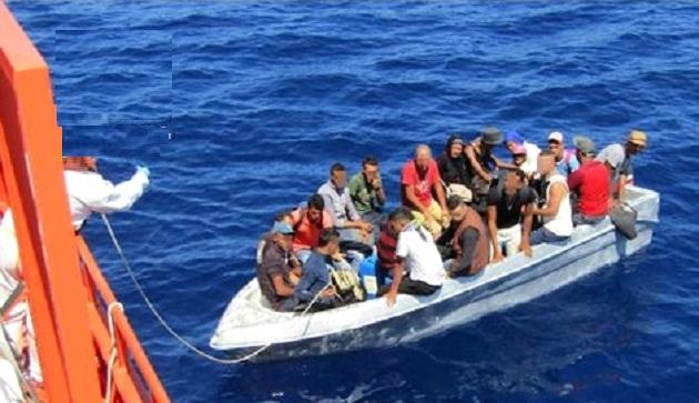 """""""الواتساب"""" ينقذ 22 مهاجرا سريا علقوا في عرض البحر"""