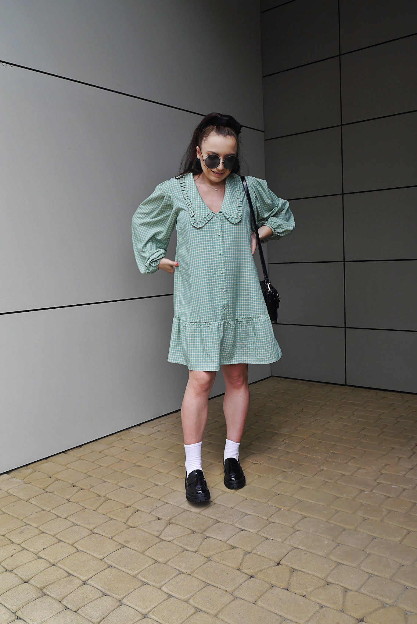 blog modowy blogerka modowa karyn puławy stylizacja ciążowa sukienka z kołnierzem babydoll bonprix mokasyny na platformie czarne ccc skarpetki okulary przeciwsłoneczne okrągłe czarne torebka z łańcuszkiem stylizacja jesienna ootd look inspiracja ciążowa jak ubrać się w ciąży ciążowy styl