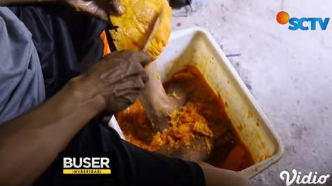 Nikmat Dimakan Bareng Bakso dan Mie Ayam, Investigasi Ini Ungkap Menjijikannya Pembuatan Saus Palsu, Pake Bahan Busuk Hingga Diaduk dengan Kaki Kotor: Nggak Cuci Kaki Dulu?