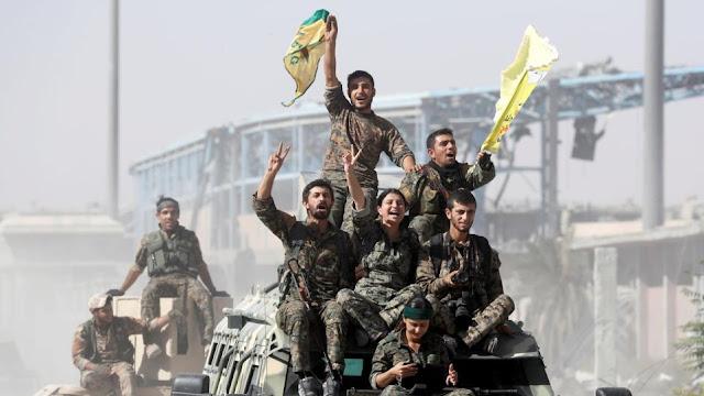 Οι Κούρδοι μαχητές εγκαταλείπουν τη βόρεια Συρία, κατηγορώντας την Τουρκία