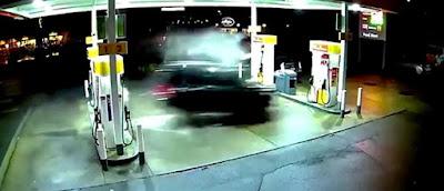 Τζιπ εισβάλλει σε βενζινάδικο και ανατινάζεται