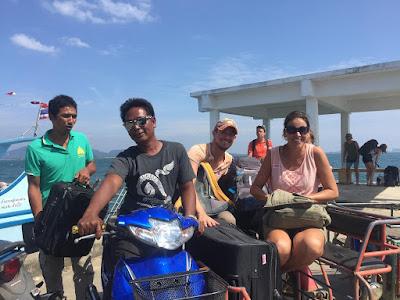 Foto van aankomst bij de pier van Koh Mook, de reis zet voort in een tuk-tuk