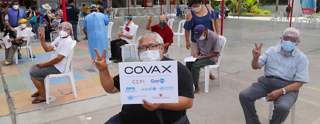 Personas de edad avanzada esperando recibir la vacuna contra la COVID-19 en un centro de vacunación en Lima, Perú.UNICEF/Jose Vilca