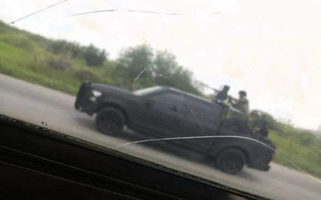 Vuelven a salir a las calles, un Comando del Cártel del Noreste es captado patrullando al poniente de Nuevo Laredo, Tamaulipas