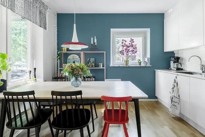 Cocina con pared pintada azul verdoso