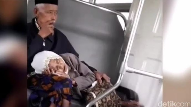 Nenek yang Tidur di Pangkuan Kakek ini Sempat Viral, Ternyata Mereka Sudah 57 Tahun Menikah. Lihat Kemesraan Mereka