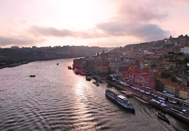 Vista do Pôr do Sol sobre o rio douro e a cidade do Porto