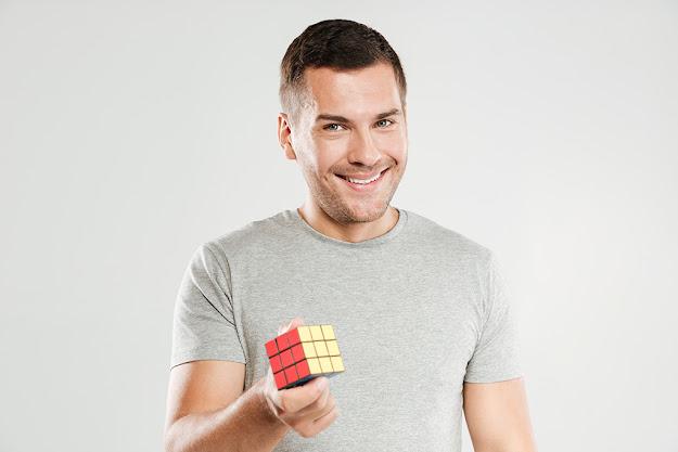 pria menyelesaikan rubik's cube tanpa rumus?