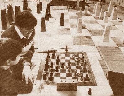Jarne y Tebar, ajedrez gigante en la Plaça Orfila en 1984